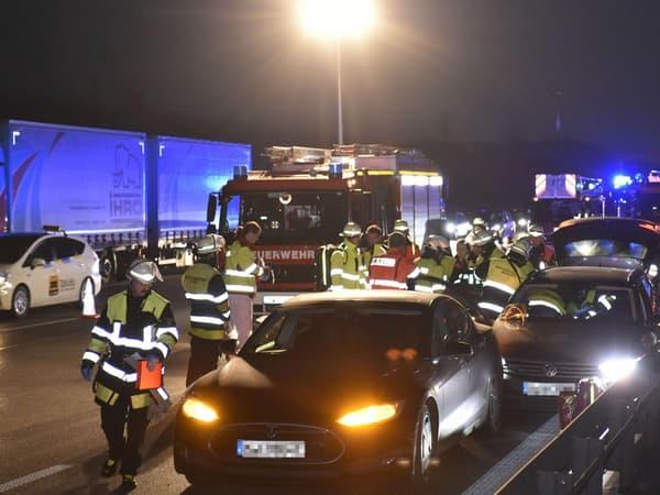 La Model S au premier plan, ange gardien de la Passat en détresse sur l'Autobahn.