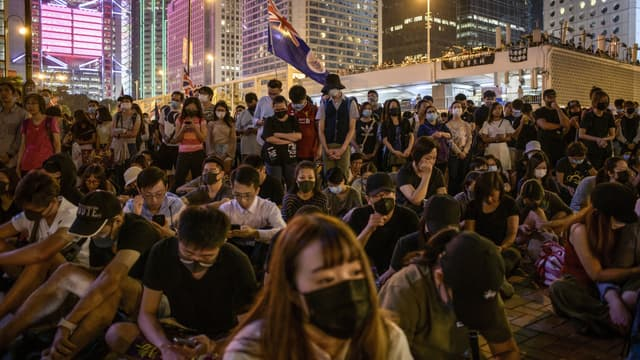 Manifestants assis dans une rue d'Hong Kong, le 19 octobre 2019