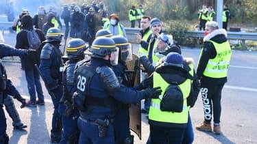 Des gilets jaunes repoussés par les forces de l'ordre le 19 novembre à Bordeaux.