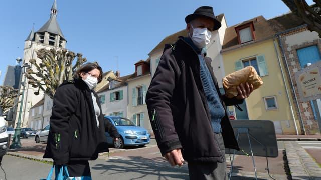 Un homme et sa femme portant des masques près du marché de Illiers-Combray, dans le centre de la France. (Illustration.)