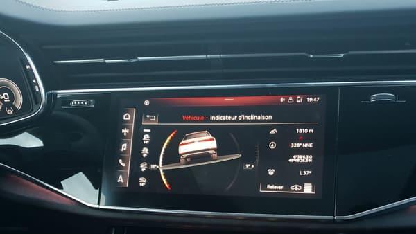 En mode offroad, l'écran central affiche l'assiette du véhicule en temps réel.