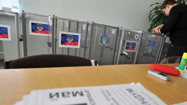 Un membre de la commission électorale régionale prépare les urnes, le 10 mai, à Donetsk, dans l'Est de l'Ukraine.