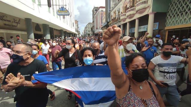 Des milliers de Cubains ont manifesté dimanche contre le gouvernement dans les rues d'une petite ville au sud-ouest de La Havane, un fait inédit, selon des vidéos diffusées sur internet.