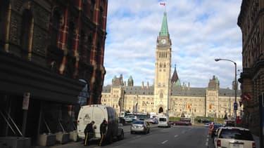 Vue éloignée du parlement canadien à Ottawa. Le quartier est bouclé par la police.