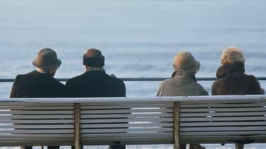 Peu de séniors travaillent. En France, en 2011, le taux d'activité des 55-64 ans est de 44 %, alors qu'en Europe il est de 51 %.