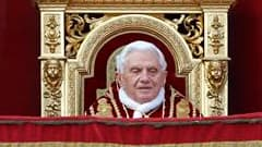 """Dans sa bénédiction """"Urbi et Orbi"""", le pape Benoît XVI a mis la paix dans le monde et la sécurité des chrétiens au coeur de son message traditionnel de Noël. Les chrétiens d'Irak ont été victimes de plusieurs attaques ces dernières semaines, dont une pris"""