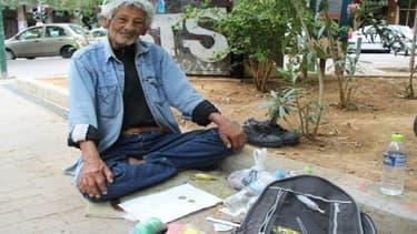 Ilias, dealer de drogue à Athènes et témoin de la montée de la toxicomanie dans la capitale grecque.