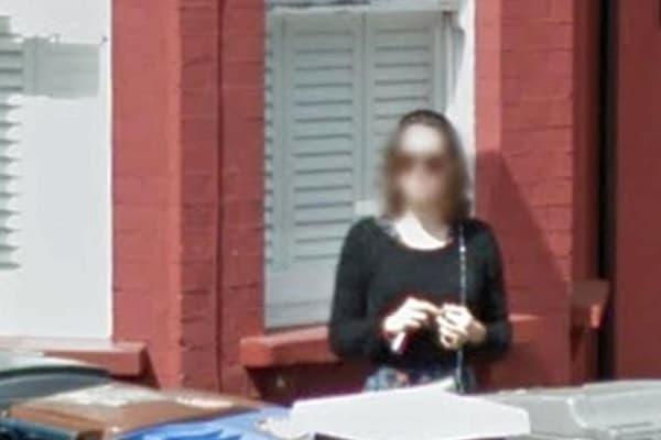Daisy Ridley sur l'un des clichés de Street View. Son visage a été flouté par The Sun.