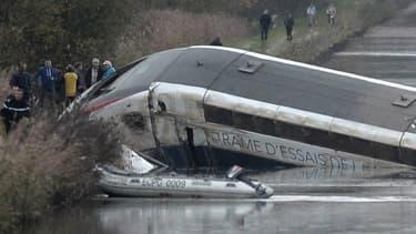 Le TGV avait déraillé au niveau d'une courbe avant de finir dans un canal