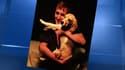 Max Guazzini avec Holy, sa femelle beagle, retrouvée samedi soir après quinze jours de recherches dans les Landes.