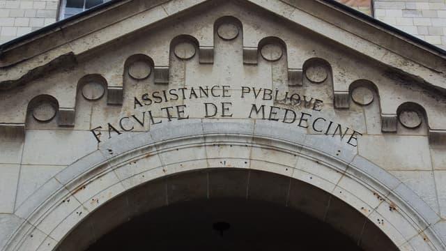 Entrée de la faculté de médecine de Paris.