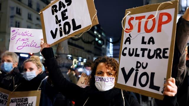 Un rassemblement en soutien à Julie, qui accuse une vingtaine de pompiers de l'avoir violée lorsqu'elle était mineure, à Paris le 18 novembre 2020.