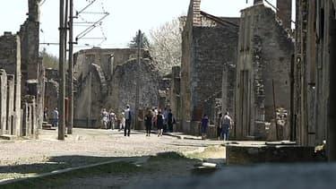 Des visiteurs arpentent les ruines d'Oradour-sur-Glane, en Haute-Vienne, mercredi.