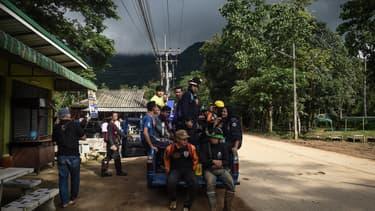 Des secours attendent près de la grotte Tham Luang en Thaïlande, où douze enfants et un adulte étaient coincés depuis plusieurs jours.
