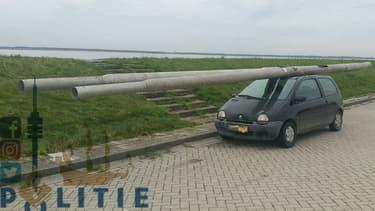 Cet automobiliste avait chargé sur le toit de sa Renault Twingo les 2 poteaux de lampadaires qu'il avait dérobés.