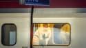 Des policiers enquêtent sur la scène de crime après l'attaque du Thalys