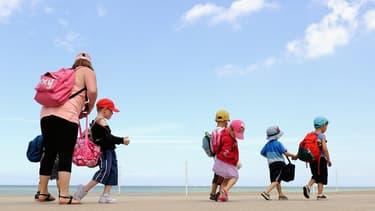 Des enfants et leur moniteur sur la place de Bray-Dunes en juillet 2013 (image d'illustration)