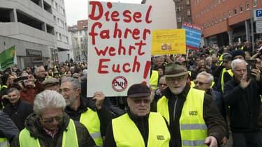 Des centaines de manifestants, portant des gilets jaunes, manifestaient le 1er février pour conserver leur vieux diesel.