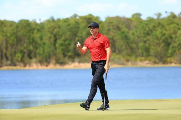 Rory McIlroy portait un polo rouge et un pantalon noir en soutien à Tiger Woods