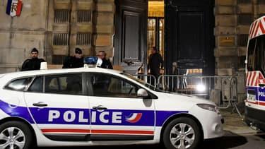 Des policiers se rendent au ministère des Relations avec le Parlement à Paris le 5 janvier 2019