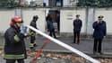 Policiers et pompiers devant l'ambassade de Grèce à Rome. La police italienne y a désamorcé lundi un colis piégé et a qualifié de fausses alertes des colis suspects découverts dans plusieurs autres ambassades de la capitale italienne et du Vatican. /Photo