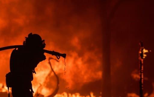 Un pompier lutte contre un incendie dans la région viticole de Napa (Californie) le 9 octobre 2017