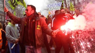 Plusieurs centaines de manifestants ont affiché leur soutien aux cheminots.
