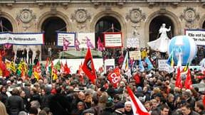 Manifestants devant l'Opéra Garnier, à Paris. Les syndicats, qui ont revendiqué près de 10.000 manifestants dans la capitale (contre 3.200 personnes recensées par la préfecture dans le cortège parisien), ont faiblement mobilisé à l'occasion d'une nouvelle