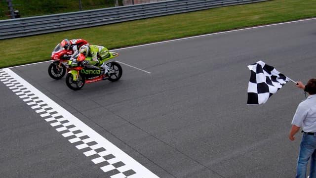 Johann Zarco et Hector Faubel à la lutte pour la victoire sur la ligne d'arrivée du GP d'Allemagne.