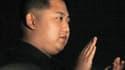 Jeune et inexpérimenté, Kim Jong-un va selon toute vraisemblance succéder à son père, dont on a appris la mort lundi, et prolonger sur une troisième génération la dynastie régnante au pouvoir sur la Corée du Nord. /Photo d'archives/REUTERS/Kyodo