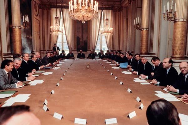 """Le premier Conseil des ministres de la cohabitation, le 22 mars 1986. """"Ce matin j'étais seul, bien seul"""", dira François Mitterrand à ses proches sur cette expérience."""