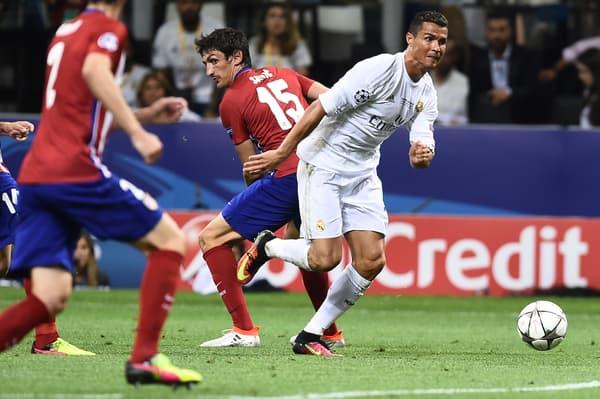 Cristiano Ronaldo (en blanc) tente de se jouer de la défense de l'Atlético en finale de la Ligue des champions en 2016