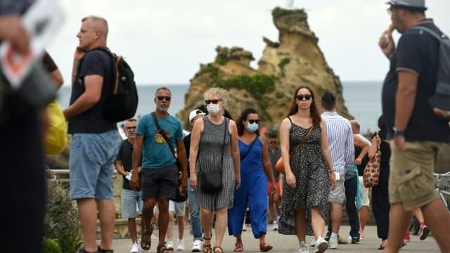 """Port du masque """"aléatoire"""" à proximité du Rocher de La Vierge à Biarritz dans les Pyrénées-Atlantiques, le 27 juillet 2021"""