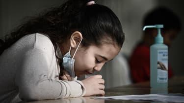 Réalisation de tests salivaires dans une école de Bordeaux, le 25 février 2021
