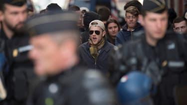 Des gendarmes français devant les locaux du groupe d'extrême droite 'Bastion social' alors que des manifestants protestent contre son ouverture à Marseille, le 24 mars 2018.