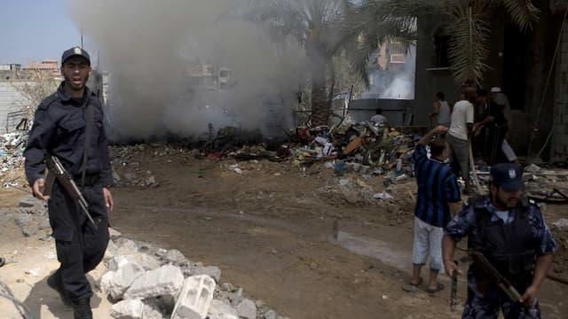 Des policiers palestiniens sécurisent le site de l'explosion dans le camp de Chaboura