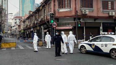 La police délimite une zone autour d'un quartier résidentiel du quartier Huangpu de Shanghai, le 21 janvier 2021.