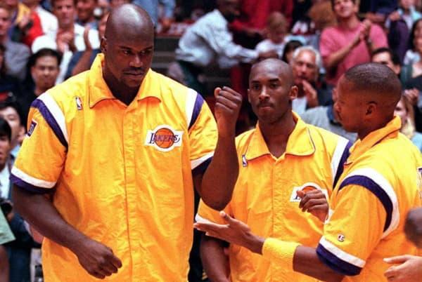 Kobe Bryant (au centre) avec Shaquille O'Neal lors de leur première saison aux Lakers en octobre 1996