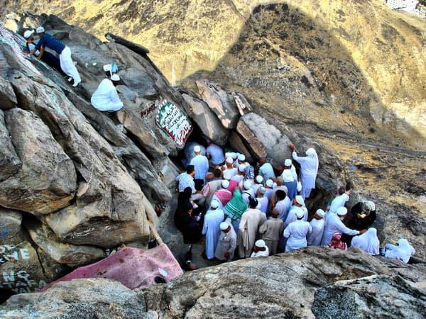 Des musulmans visitant la grotte de Hira, en Arabie saoudite, où la tradition islamique assure que Mahomet a reçu ses premières révélations.