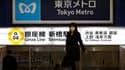 Station de métro Shinbashi à Tokyo. Tokyo est devenue une capitale angoissée, désertée par endroits et désemparée face à la crise nucléaire qui a éclaté 240 kilomètres plus au nord. Les distributeurs de billets tombent en panne, les coupures de courant me