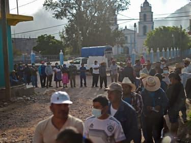 Des personnes font la queue devant un bureau de vote, le 6 juin 2021 à Atzacoaloya, au Mexique. (photo d'illustration)