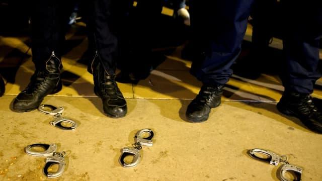 Des policiers français ont déposé des menottes à terre, lors d'une manifestation sur la place du Trocadéro à Paris le 14 juin 2020