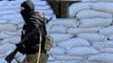 Un homme armé devant un batîment de l'administration de Slaviansk, à l'est de l'Ukraine.