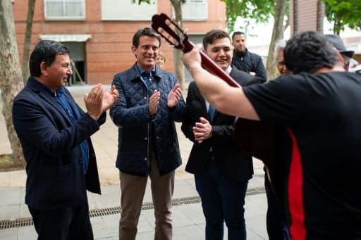 L'ex-Premier ministre français Manuel Valls (2e à g), ici à la rencontre de la communauté gitane de Barcelone le 18 mai 2019, est placé en quatrième position par les sondages pour l'élection municipale de Barcelone, loin derrière les deu...