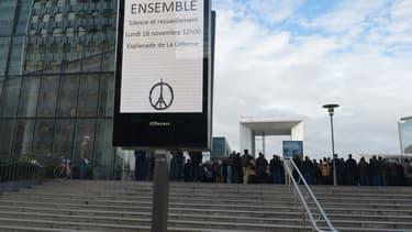 Les salariés du quartier d'affaires de la Défense, à l'ouest de Paris, ont été invités à respecter sur le parvis à l'extérieur, la minute de silence nationale, à 12 heures.