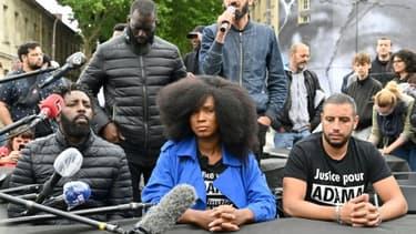 Assa Traore (G), la soeur d'Adama Traore, décédé en 2016 après son interpellation par la police, en conférence de presse avec le réalisateur des Misérables, Ladj Ly (D), le 9 juin 2020 à Paris près de la fresque réalisée par JR