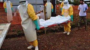 Des médecins de MSF portent le corps d'une victime d'Ebola à Kailahun, en Sierra Leone, le 14 août dernier.