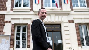 Cyril Nauth, devant la mairie de Mantes-la-Ville.