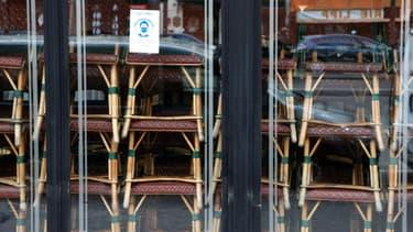 Des chaises empilées dans le célèbre Cafe de Flore, dans le quartier parisien de Saint-Germain-des-Prés, fermé au public comme les autres bistrots français, le 15 mars 2021