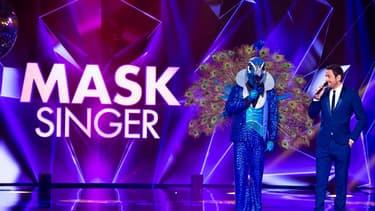 Camille Combal sur le plateau de Mask Singer